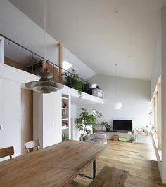 大屋根でつながる大空間LDK(『春風の家』中庭を外玄関に!光を取り込む住まい) - リビングダイニング事例|SUVACO(スバコ)
