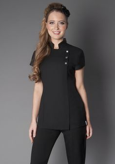 Uniforme lind o Spa Uniform, Hotel Uniform, Scrubs Uniform, Beauty Tunics, Salon Wear, Stylish Scrubs, Beauty Uniforms, Scrubs Outfit, Nail Designer