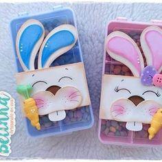 """É muita gostosura junta Bora fazer fofurices com a gente!!! Minicurso de Páscoa está muito """"fofudo"""" (como diz minha irmãzinha kkk)!!! ✂️❤️🐰 Informações:  WhatsApp (14) 99814-5915  minicursoartsdabelinha@gmail.com Prazo máximo de resposta 48h Foam Crafts, Diy Crafts, File Decoration Ideas, Art For Kids, Crafts For Kids, School Decorations, Crochet Dolls, Easter Crafts, Happy Easter"""