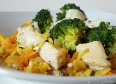 Zapiekanka z żółtym ryżem, kurczakiem i brokułami