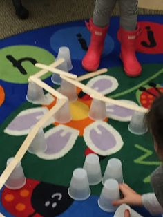 Cups and Sticks STEM activity for early childhood and early elementary.great for Construction theme! Construction Theme Preschool, Preschool Themes, Preschool Science, Preschool Activities, Construction Eyfs, Preschool Class, Construction Worker, Stem Projects, Early Childhood Education