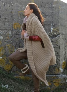 Knit Dreams from MitiMota: Fotos Knitwear Fashion, Crochet Fashion, Knitted Cape, Knitting Wool, How To Purl Knit, Knitting Designs, Knit Cardigan, Mantel, Knit Crochet