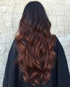 Choppy Black Hair with Brown Balayage Dark chocolate brown hair becomes even more gorgeous when set off by black. Wavy locks look like a waterfall of soft color when worn down – loose and flowing. Red Brown Hair Color, Chocolate Brown Hair Color, Pretty Hair Color, Burgundy Hair, Redish Brown Hair, Brown Hair Balayage, Hair Color Balayage, Cooler Style, Long Curly Hair