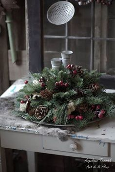 layer tree slices with 'wet' foam (sandwiched between waterproof plastic ) add greens and wintry decorations . dd a candle in glass on top . Natural Christmas, Outdoor Christmas, Christmas Diy, Christmas Wreaths, Christmas Decorations, Xmas, Holiday Decor, Christmas Storage, Tree Slices