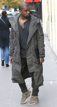 This Kanye West coat is a suitable option for people who wish to go for something which is baggy and at the same time long, it calls for a tremendous form of comfort which is much needed one always. Kanye West Style, Long Parka Coats, Long Grey Coat, Mode Streetwear, Looks Style, Mode Style, Stylish Men, Look Cool, Swagg