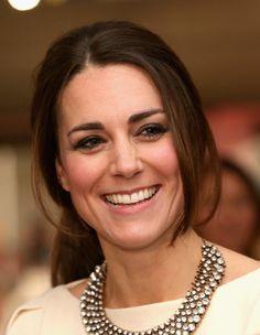 Pin for Later: Die unroyalsten Beauty-Momente von Kate Middleton  Ein seltener Moment: Kate mit einem Zopf. Manchmal macht die offene Mähne eben doch zu viel Arbeit.