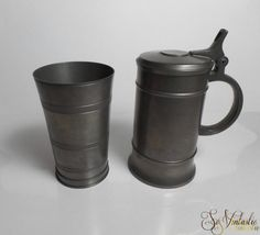 Dutch Royal Holland DAALDEROP (KMD) pewter tankard and pewter tumbler KMD. Both carry pewter marks. The pewter cup / vase carries a stamp of the Metropolitain Museam of Art as well by SoVintastic, € 25,00 for the set of 2