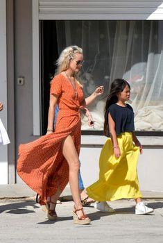 Laeticia Hallyday à St Barth avec JoyLaeticia Hallyday et sa fille Joy sortent d'une petite boutique de déco Le Bazar. Laeticia porte une longue robe fendue sur toute la longueur et un panier en osier, un look très inspiré Jane Birkin.