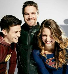 Kara zor-el, Oliver Queen and Barry Allen (Supegirl, Arrow and The Flash) Supergirl Season, Supergirl Dc, Supergirl And Flash, Superhero Shows, Melissa Marie Benoist, The Flash Grant Gustin, Cw Dc, Univers Dc, The Cw Shows