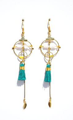 Boucles d'oreille anneaux dorés, pompon vert jade et macramé blanc Créateur -Bijoux ENORA-