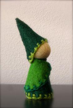 knitted hats for peg dolls Diy Crafts For Gifts, Felt Crafts, Gnome Tutorial, Felt Kids, Kegel, Clothes Pegs, Diy Hat, Waldorf Dolls, Deco Table