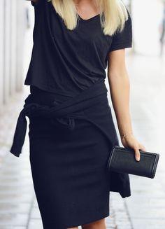Picture: Evelina Svantesson Pennkjol har varit lite av min every-day-look i sommar då jag ofta burit kjolen på bilden eller min anda från mochino till jobbet. Oså sneakers till det eftersom jag ofta stod still eller gick runt hela dagarna. Ovan bär jag alltså kjol och tisha från zara, kashmirtröja från j.lindeberg, plånbok från chloé …
