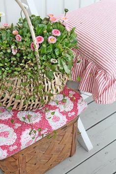 Flowers in a basket Garden Cottage, White Cottage, Cozy Cottage, Cottage Style, Vibeke Design, Decor Scandinavian, Foto Art, Cottage Living, Cottage House