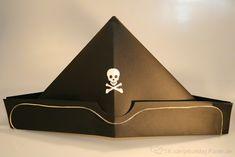 Piratenhut selbst basteln - so einfach wie 1,2,3! Dieser Hut im Napoleonstil macht sich auf dem Kopf kleiner Piraten ausnehmend gut und der Totenkopf jagd der feindlichen Flotte einen ordentlichen Schrecken ein!