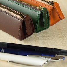 こだわり 大人の本革ペンケース [緑] | ナチュラルズ Diy Leather Tote Bag, Leather Pencil Case, Leather Keychain, Leather Wallet, Zip Around Wallet, Frame Purse, Pen Case, Gifts For Friends, Wallets