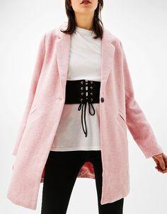 Abrigo espiga corte masculino. Descubre ésta y muchas otras prendas en Bershka con nuevos productos cada semana