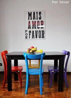 As cadeiras coloridas e o pôster fofo, transformaram a sala de jantar em um lugar romântico e estiloso ♥
