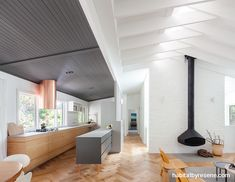 Photo 1 of 7 in Riverview by Nobbs Radford Architects. Browse inspirational photos of modern homes. From midcentury modern to prefab housing and renovations, these stylish spaces suit every taste. Australian Architecture, Interior Architecture, Interior Design, Interior Ideas, Midcentury Modern, Hygge, Gable House, Art Deco, Product Design