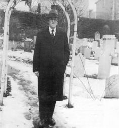 H.P. Lovecraft in a cemetery