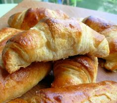 Traditional Buttery French Croissants For Lazy Bistro Breakfasts Recipe - Genius Kitchen No Yeast Bread, Bread Baking, Croissants, Breakfast Pastries, Breakfast Recipes, Biscuits Russes, French Croissant, Croissant Recipe, Hot Dog Buns