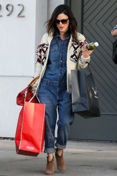 Denim jumpsuits are a great winter wardrobe addition, you can wear thermals underneath and chunky cardigans over the top! It a great denim street style Rachel Bilson thinks so! Oufits Casual, Style Casual, Jumpsuit Outfit, Denim Jumpsuit, Denim Jumper, Denim Overalls, Denim Top, Combi Jean, Style Outfits