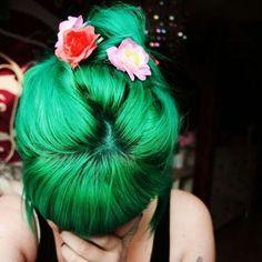 Cheveux verts avec des fleurs