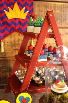 As festas menores cada vez mais invadem as decoraçoes. Olha esta Mini Party no carrinho com o tema Branca de Neve. Simplesmente encantadora esta decoração Tips&Ideas Lin...