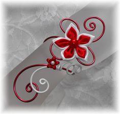 Bracelet mariage fleur satin rouge et blanc Fil aluminium, personnalisable avec d'autres couleurs...