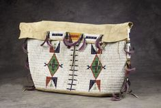 Sioux Beaded Possible Bag Native American Design, Native American Crafts, Native American Artifacts, Native American Indians, Native Beadwork, Native American Beadwork, Native Indian, Native Art, Plains Indians