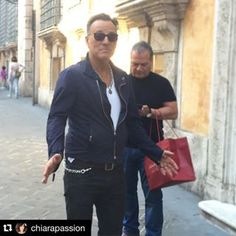 Instagram photo by hellesspringsteencorner - Bruce did a little sightseeing and shopping on his own earlier today in Rome, Italy -,September 12, 2015  #BruceSpringsteen #sightseeing #shopping #rome #italy #Repost #theboss #brucespringsteenfans #EStreetNation #BruceBuds #HellesSpringsteenCorner #HBC