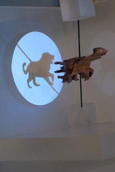 Os enseñamos el trabajo que realiza John V. Muntean. Realiza esculturas de madera, sobre las cuales proyecta un haz de luz, de modo que su sombra nos muestra una imagen la cual varía dependiendo de la perspectiva desde donde le de la luz