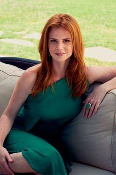 mooi rood is niet lelijk ♥ Red hair - Sarah Rafferty Suits Tv Series, Red Freckles, Sarah Rafferty, Pretty Redhead, Slim Hips, Magenta, Amazing Red, Great Women, Most Beautiful Women
