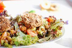 Bei Cookies&Style gibts nicht nur Bloggeburtstag sondern auch knusprige Tempeh-Plätzchen auf einem bunten Salat.