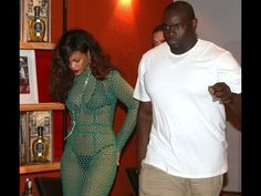 Rihanna leva tombo ao entrar em van no Rio.