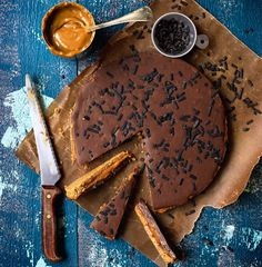Busenkelt efterrättstips till helgen. Fina bilden är tagen av fotograf: Ulrika Pousette Det här behöver du: 1/2 pkt digestiv 60gram smält smör 1 burk karamelliserad mjölk 400 gram mjölkchoklad ( lakrits-smak ) 1 1/2 dl vispgrädde Lakritsströssel Serveras med lättvispad grädde Gör så här : Krossa kexen till smulor och … Läs mer