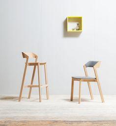 Židle Merano, dřevo, případně v kombinaci s čalouněním, na foto (zleva): barová, cena od 6050 Kč, jídelní, cena od 6870 Kč; TON