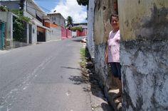 Pedestres perdem na briga com carros nas ruas e calçadas do Recife  No Recife, é fácil constatar: a lógica do trânsito contraria a regra legal. A regalia de prioridade pedestres garantida pelo Código Nacional de Trânsito não é só sistematicamente desrespeitada como invertida no tráfego já caótico da capital pernambucana. Nos bairros centrais e nos que concentram a classe média da cidade, desrespeitos a quem anda a pé são vistos cotidianamente: carros estacionados nas calçadas, veículos em