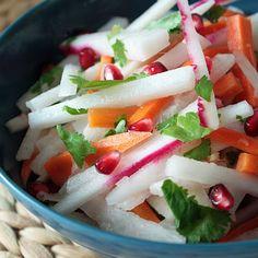 Ensalada de jicama,rabanitos,zanahoria y granos  de  granada con vinagreta de pomelo y gengibre.