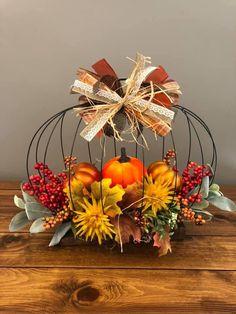 Diy Fall Wreath, Fall Diy, Fall Wreaths, Easy Halloween Decorations, Harvest Decorations, Autumn Decorating, Pumpkin Decorating, October Crafts, Fall Arrangements