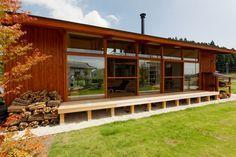 平屋と薪ストーブと芝生。それから木製サッシの大開口。ここに住みたい。
