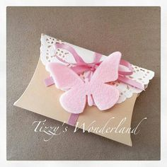 Bomboniera Battesimo con decorazione in feltro! Christening favor with felt… Diy Wedding Favors, Party Favors, Diy Y Manualidades, Diy And Crafts, Paper Crafts, Christening Favors, Gift Wraping, Butterfly Party, Pillow Box