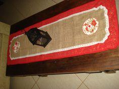 Trilho de mesa de juta com acabamento em algodão e fuxicos