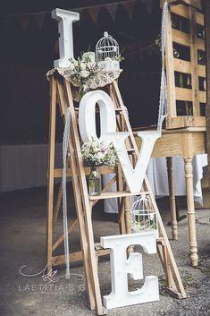 Echelle LOVE décorée. Décoration mariage de A&L. Vrai mariage ©laetitiasgphotograph.wixsite.com/laetitia-s-g/mariage Laetitia, Ladder Decor, Creations, Events, Wedding, Home Decor, Ladder Wedding, Nice Flower, Center Table