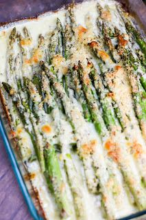 Delicious fresh asparagus in a creamy sauce and smothered with shredded cheese. This Creamy Baked Cheesy Asparagus should grace every brunch table! As far as brunch recipes go - this ones the best! Cheesy Asparagus Recipe, Asparagus Side Dish, Asparagus Casserole, Creamed Asparagus, Baked Asparagus, Fresh Asparagus, Side Recipes, Brunch Recipes, Vegetable Recipes