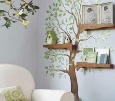 Baum mit grünen Blättern an der Wand und Regale aus Holz