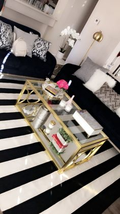 33 Awesome First Apartment Decorating Ideas And Makeover. If you are looking for First Apartment Decorating Ideas And Makeover, You come to the right place. Below are the First Apartment Decorating I. Living Room Decor Cozy, Living Room Interior, Decor Room, Glamour Living Room, Bedroom Decor, Girls Apartment, Apartment Living, Apartment Goals, Apartment Ideas
