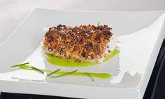 Receta de Bruno Oteiza de merluza con crujiente de pistachos y crema de guisantes.
