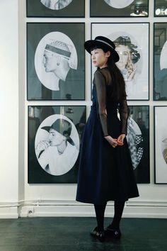Maison Michel Paris Showroom – Une Fille aux Cheveux Noirs