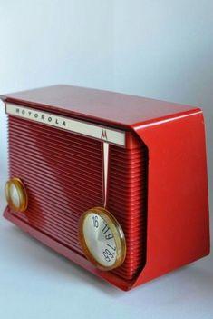 sharp banner MOTOROLA AM Tube Radio Cherry Red Polystyrene Model Vintage Design, Retro Vintage, Poste Radio, Radio Design, American Graffiti, Retro Radios, Art Deco, Radio Wave, Antique Radio