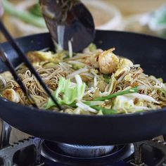 "#NuevoVídeo 🎥 Seguramente habéis visto éste plato en los buffet de comida asiática o en los restaurantes chinos. 🥡🇨🇳 Se trata del famoso ""Chow Mei Fun"" o fideos de arroz fritos estilo Chino. Podéis ver la receta en mi canal de YouTube o en el enlace de arriba en mi perfil. ☝️😋 • • • • • #fideosfritos #chowmeifun #fideoschinos #comidachina #chinesefood #noodles #homemadechinesefood #chinesefoodathome #fideosdearrozfritos #comidaasiatica #salteado #fideosdearroz Chow Mei Fun, Homemade Chinese Food, Chow Chow, Japchae, Ramen, Noodles, Pasta, Ethnic Recipes, Youtube"